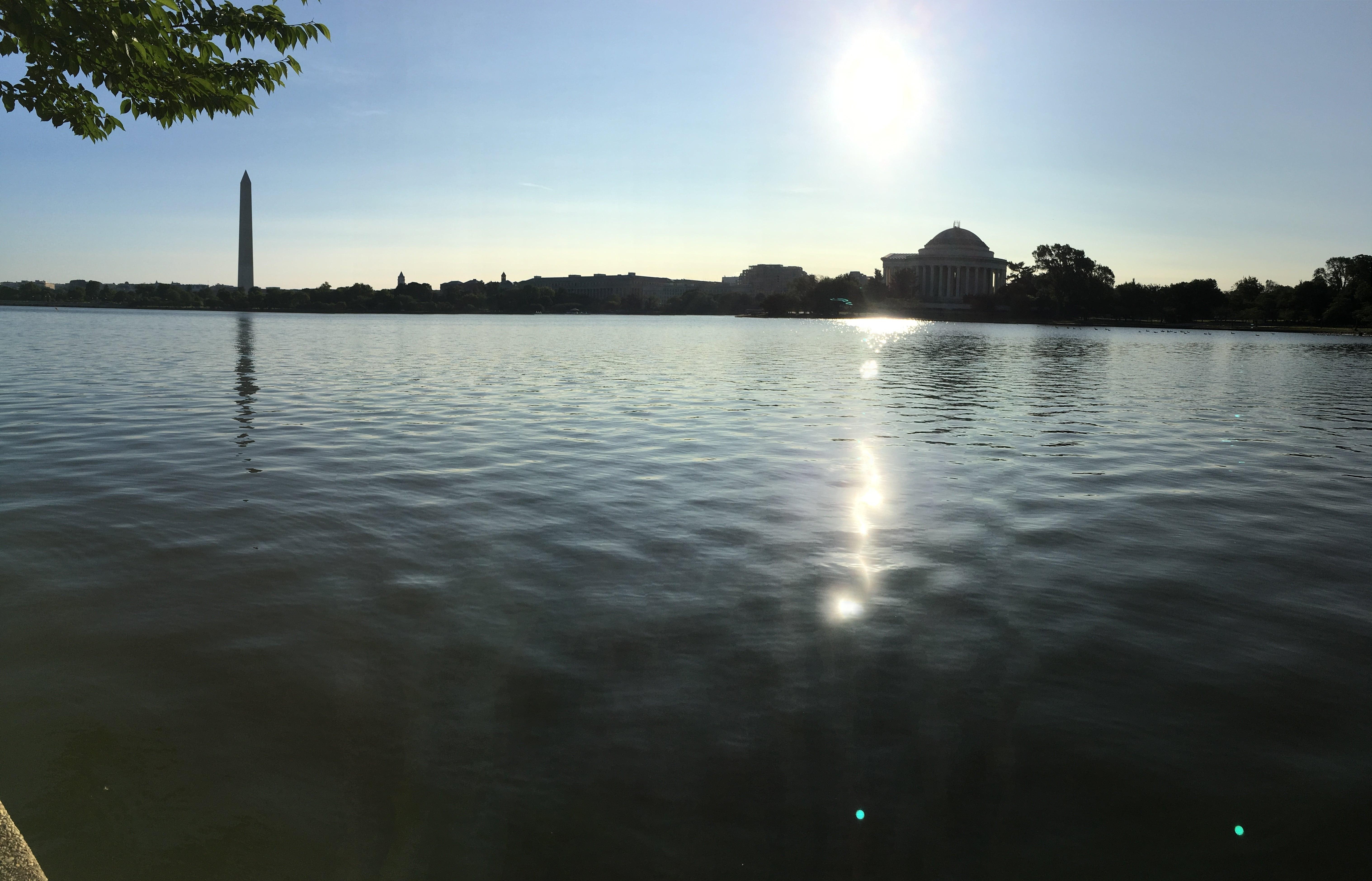 Nalevo: Washingtonův monument, kupole napravo: Jeffersonův památník
